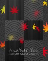 和風装飾模様の曇りガラス越しに紅葉が降ります。ブログ画面全体にも紅葉が降ります。